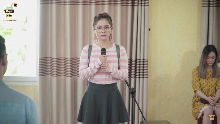 Minh Tú hát tại cuộc thi tuyển chọn thành viên vào câu lạc bộ âm nhạc của trường.