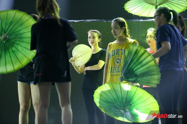 Sau lùm xùm, Yến Trang cười sảng khoái trên sàn tập Chung kết Remix New Generation