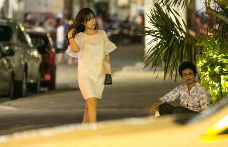 Midu xuất hiện giản dị với váy trắng tại một nhà hàng ở Quận 1, TP.HCM.