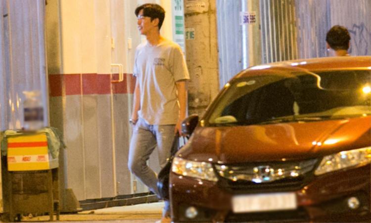 Ngay sau đó, nam diễn viên Shin Sung Rok cũng có mặt. Anh mặc áo thun, quần jean trẻ trung.