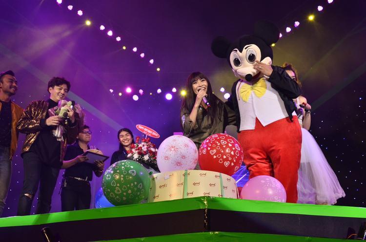 Chương trình cũng dành thời gian để chúc mừng sinh nhật của nữ ca sĩ.