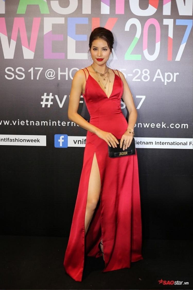 """Chỉ với chiếc váy """"xẻ trên xẻ dưới"""" màu đỏ rực đơn giản, Phạm Hương vẫn nổi bật như """"bà hoàng"""" quyền lực. Đến thời điểm này, cô nàngvẫn luôn được xướng danh là Hoa hậu chỉn chu nhất mỗi khi xuất hiện."""