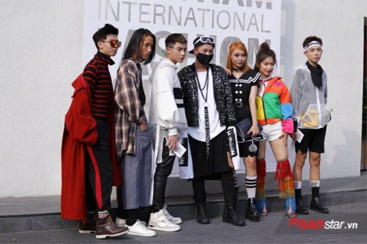 Đã ra đường diện streetwear là phải có hội có phường như nhóm bạn này thì mới chất và thu hút.