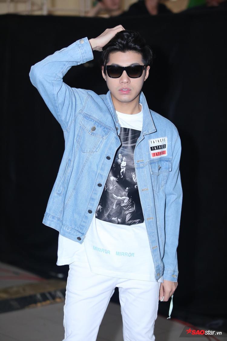 Ca sĩ Noo Phước Thịnh xuất hiện ở hậu trường trong trang phục đơn giản, năng động.