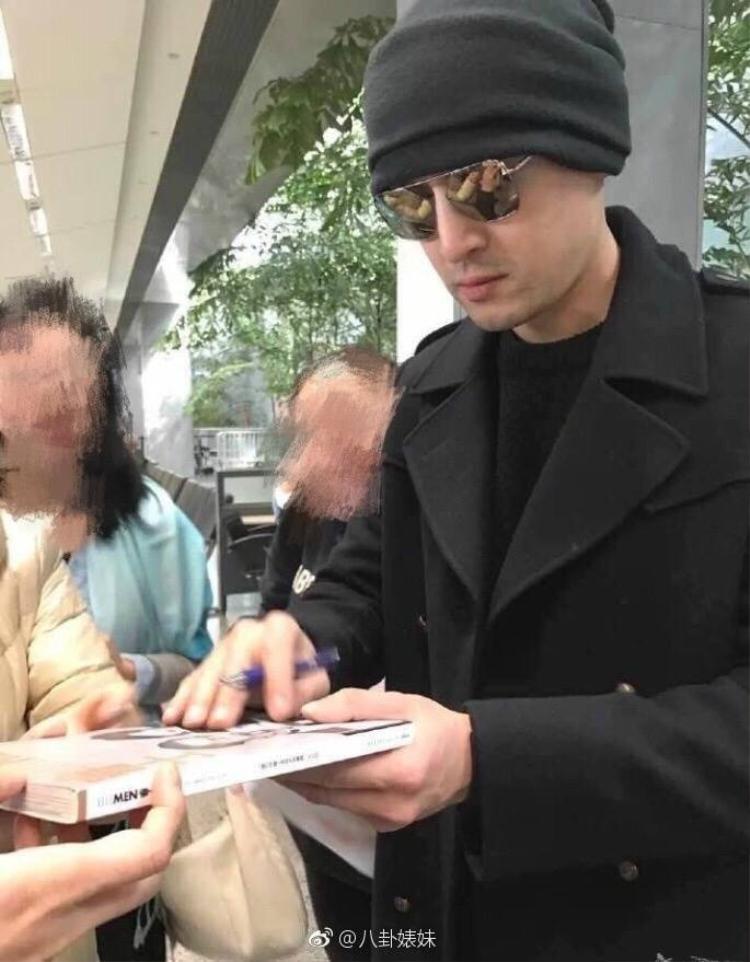 Hồ Ca ký tặng người hâm mộ sau khi hạ cánh an toàn tại sân bay San Francisco ngày 4/3.