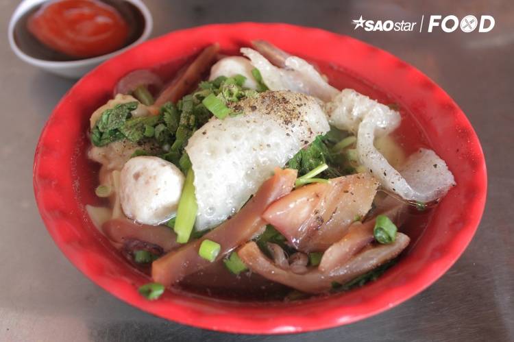 Cái sự thanh mát của tôm thịt bên trong quyện cùng cái ngọt thanh của nước dùng đã khiến sủi cảo dễ dàng đi sâu vào lòng người Sài Gòn hơn vài thập kỉ cho đến nay.