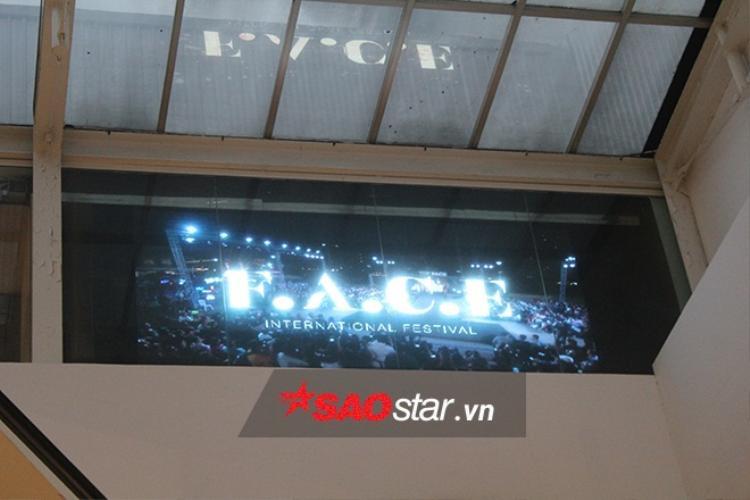 Xung quanh khu vực diễn ra đêm Chung kết đầy những hình ảnh quảng bá chương trình.