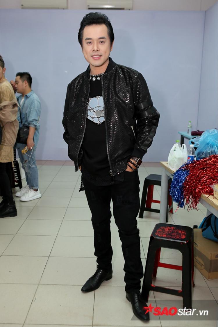 Giám khảo Dương Khắc Linh ghi điểm với trang phục trẻ trung, năng động.