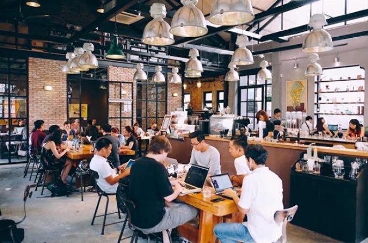 Chọn quán cafe làm văn phòng, ngồi hàng giờ dài là thói quen của nhiều bạn trẻ Việt và cả những người nước ngoài đang sinh sống và làm việc tại Việt Nam.