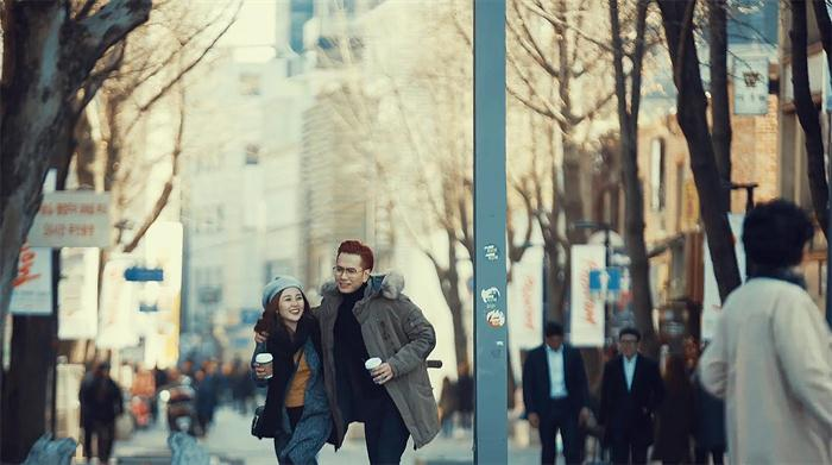 """Họ đã tìm về con phố mà mình từng đi với người thương, ký ức chợt ùa về và cả hai mong rằng sẽ gặp được """"ai đó"""" ở phía cuối con đường."""