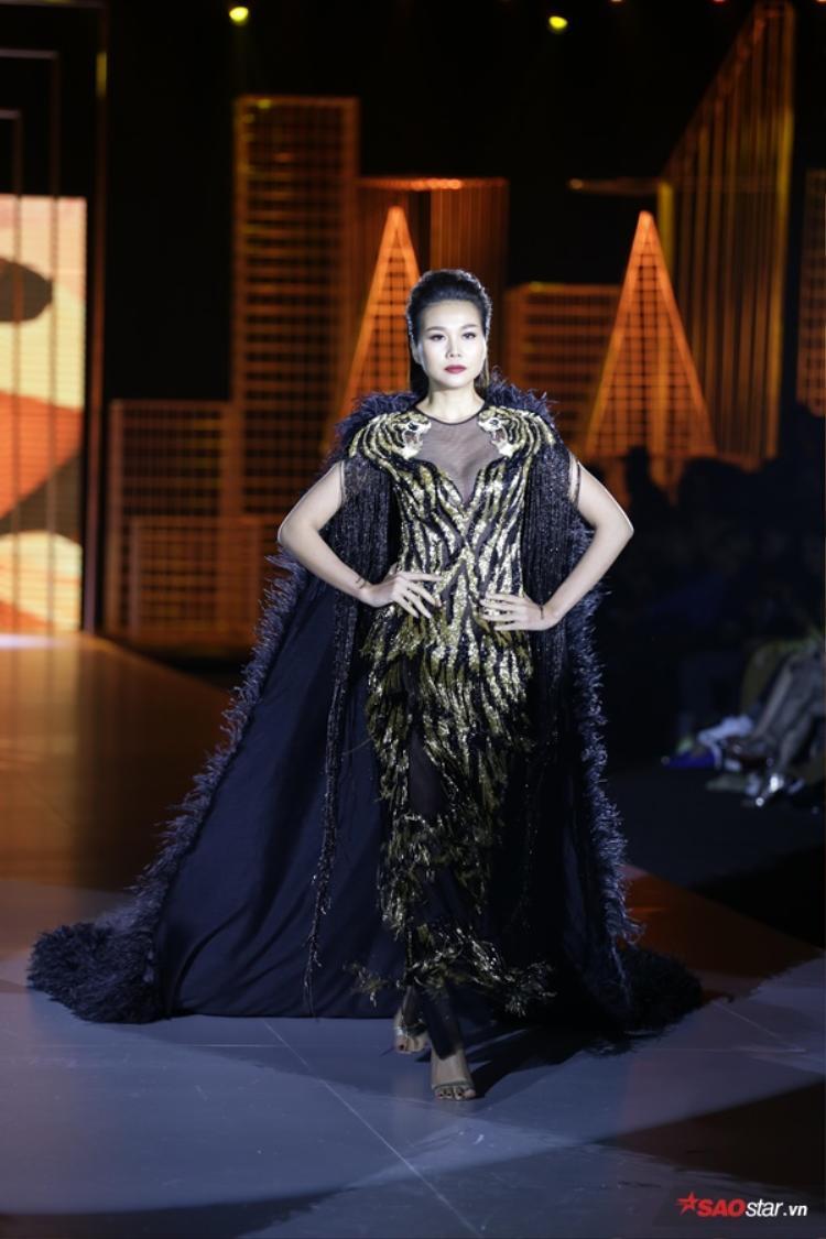 Tất nhiên rồi, với Thanh Hằng chưa có BST nào có thể làm khó được cô vì vậy tinh thần được tôn vinh và thổi vào trong những thiết kế lần này của Lê Thanh Hòa được siêu mẫu trình diễn trọn vẹn.