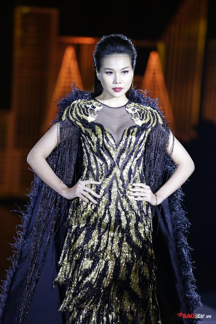 Từ thần thái tới những bước catwalk đầy đam mê, kiêu sa chính là yếu tố khiến cô luôn trở thành tâm điểm trên sàn runway.