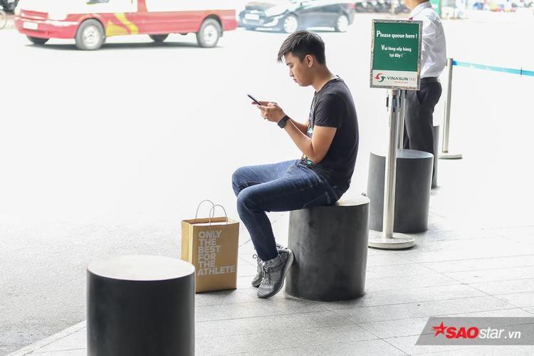 """Cậu bạn này là một trong những người may mắn trong đợt """"chơi"""" sổ xố để giành cơ hội sở hữu những đôi giày Yeezy Boost đầu tiên tại Việt Nam."""