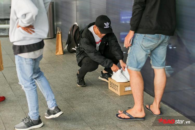 Mỗi lần ra mắt, Yeezy đều gây nên cơn sốt không tưởng đến với các tín đồ chơi giày.
