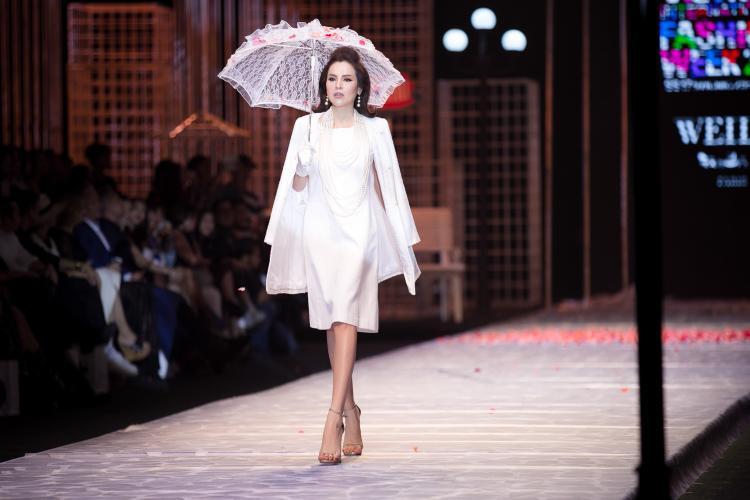 Weill sử dụng chất liệu tweed chính để truyền tải hoàn hảo vẻ đẹp cổ điển và đẳng cấp. Tweed của Weill Paris luôn nổi danh vì độ mỏng nhẹ với những sợi chỉ được dệt thưa hơn để thích ứng với thời tiết nhiệt đới.