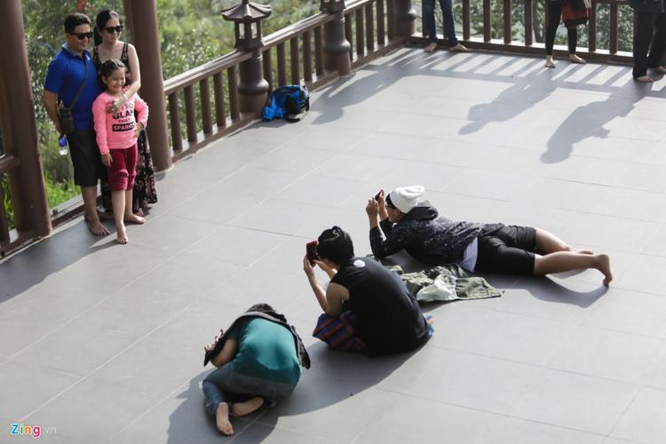 Những hình ảnh du khách nằm bò ra sân chùa chụp ảnh khiến nhiều người khác phải lắc đầu ngán ngẩm.