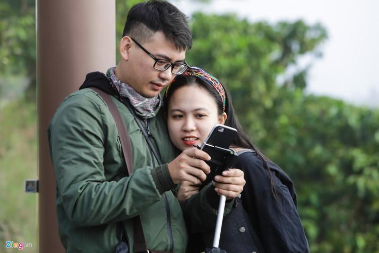 Mặc dù vậy vẫn có nhiều hình ảnh đẹp trong mắt du khách. Đôi bạn trẻ Phú Trần và Thảo Yến (TP.HCM) chia sẻ chùa khá cao nên leo hơi mệt.