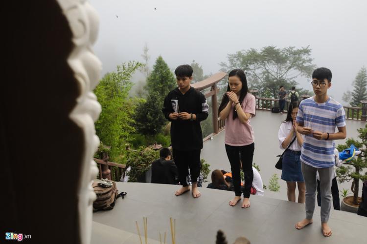 """Sỹ Kiên (bên phải, Đà Lạt) chia sẻ: """"Em rất thích ngôi chùa này. Khi nghe giới thiệu, em mong ước đến ngày nghỉ lễ sớm để được đến tham quan cùng bạn bè""""."""