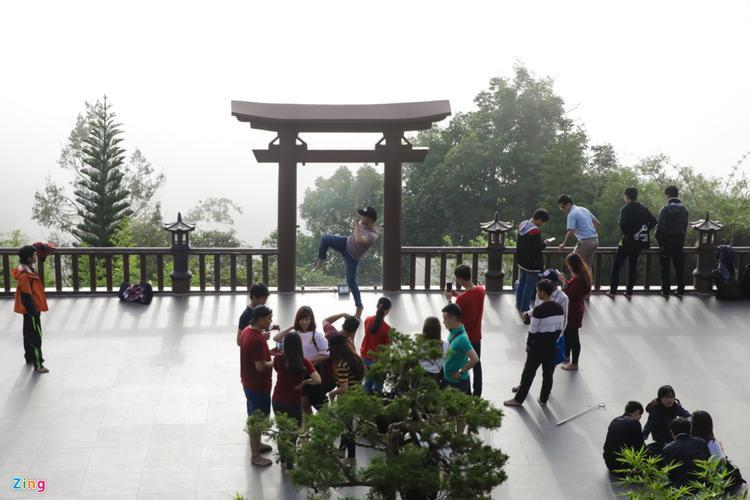 Một bạn trẻ tạo dáng trước cổng Quán Chiếu Đường.