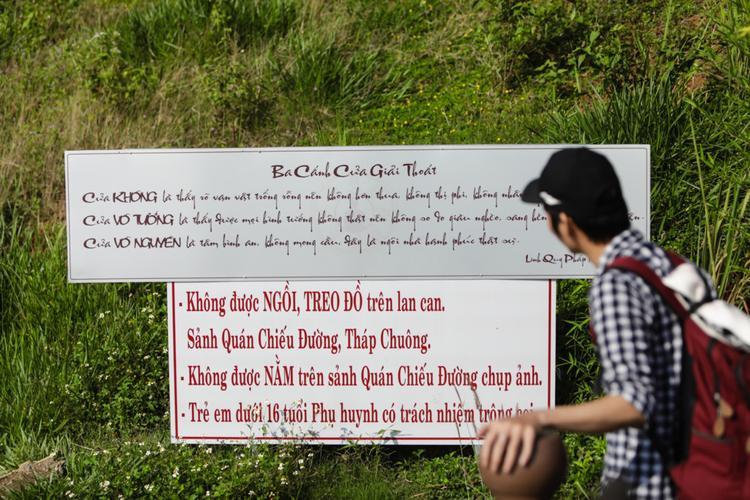 Những bảng hướng dẫn giữ sự tôn nghiêm khi viếng thăm chùa được dựng lên ở nhiều nơi để du khách lưu ý, nhưng dường như không có nhiều hiệu quả.