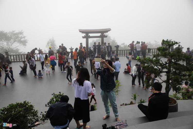 Thường ngày, Quán Chiếu Đường là nơi các nhà sư làm lễ, tụng kinh mỗi sớm. Hôm nay, nơi đây các gia đình, giới trẻ tập trung rất đông.