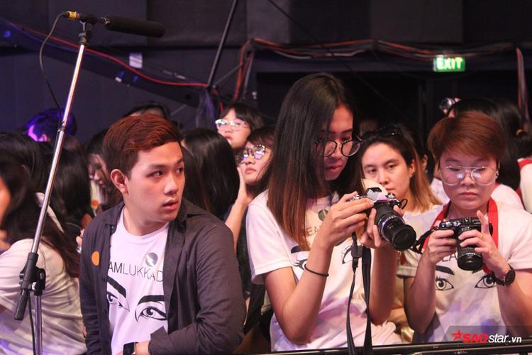 Fan bao vây đông nghịt tại sảnh Chung kết The Face Thailand  An ninh kiểm tra nhiệt độ 100% mới được vào trong