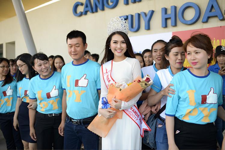 Tường Linh được nhận hoa chúc mừng và nhận nhiều lời khen tặng của những người hâm mộ ở Phú Yên.