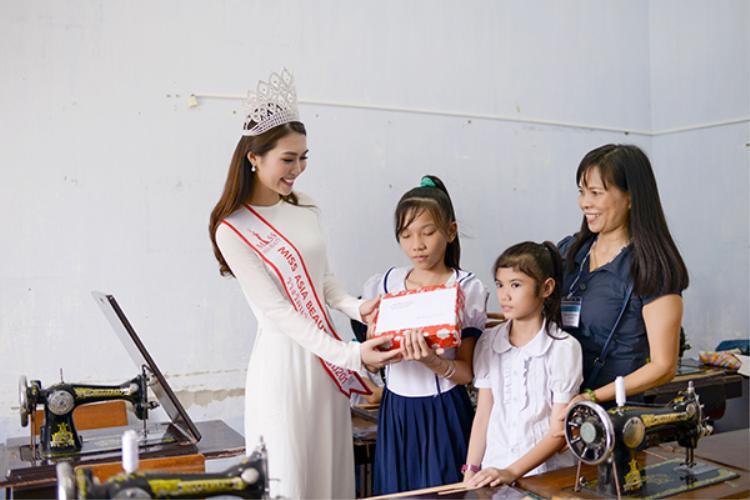 Ngay sau hoạt động đó, Tường Linh còn đến thăm và tặng quà tại Trung tâm Hỗ trợ phát triển giáo dục hoà nhập Phú Yên.
