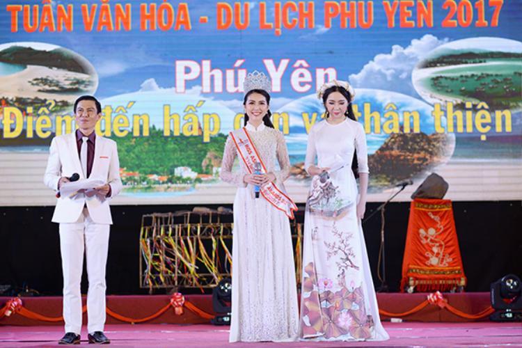 Tối cùng ngày, Hoa hậu đã tham gia sự kiện Lễ khai mạc Tuần văn hóa -Du lịch Phú Yên 2017. Cô diện bộ áo dài trắng đẹp mắt và đội vương miện Miss Beauty Asia 2017.