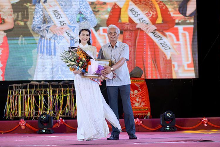 Hoa hậu Tường Linh được chào đón tại quê nhà, nhận bằng khen UBND Tỉnh Phú Yên