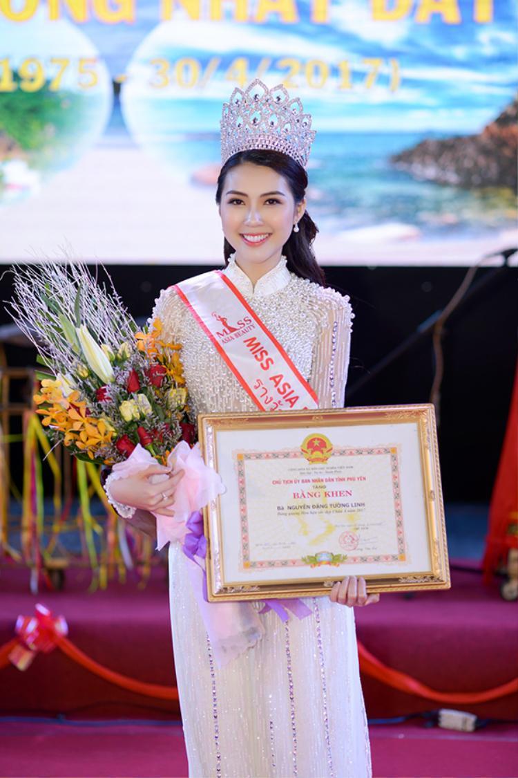Với tư cách là đại biểu danh dự và là gương mặt thanh niên tiêu biểu của Phú Yên, cùng với thành tích nổi bật tại cuộc thi Hoa hậu Sắc đẹp Châu Á 2017, Tường Linh đã vinh dự được Chủ tịch UBND tỉnh Phú Yên trao bằng khen.
