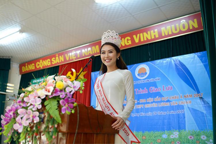 Tường Linh có chuyến về thăm trường chuyên Lương Văn Chánh - Phú Yên. Đây là nơi đã đào tạo và nuôi dưỡng tài năng của Tường Linh trong suốt những năm học phổ thông.