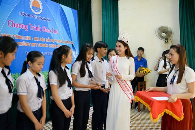 Người đẹp còn trao nhiều học bổng cho các học sinh có hoàn cảnh khó khăn tại trường chuyên Lương Văn Chánh.