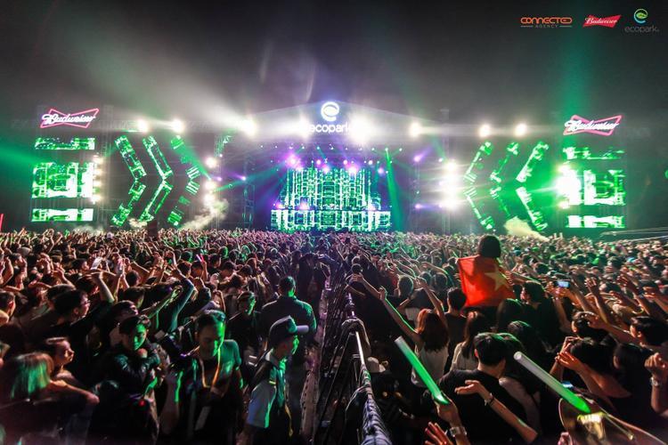Nhưng ngày càng nhiều những sự kiện âm nhạc tầm cỡ quốc tế diễn ra ở Việt Nam, đây là cơ hội cho rất nhiều bạn trẻ đam mê dòng nhạc EDM thời thượng.