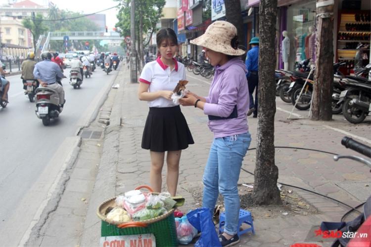 Chị Hương đang bán hàng cho khách.