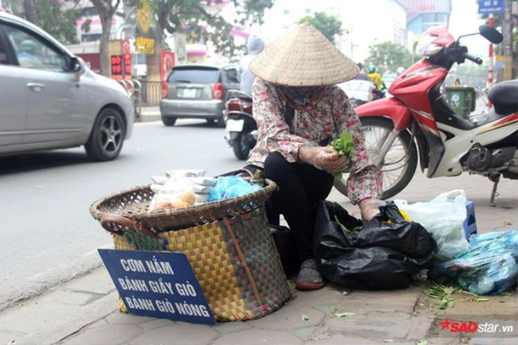 Chị Mười bán cơm nắm đã nhiều năm trên trên phố Chùa Bộc (Đống Đa).