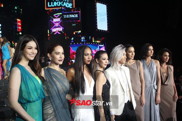 """Bộ đôi HLV chụp ảnh lưu niệm cùng 5 cô gái team """"Sharis""""."""
