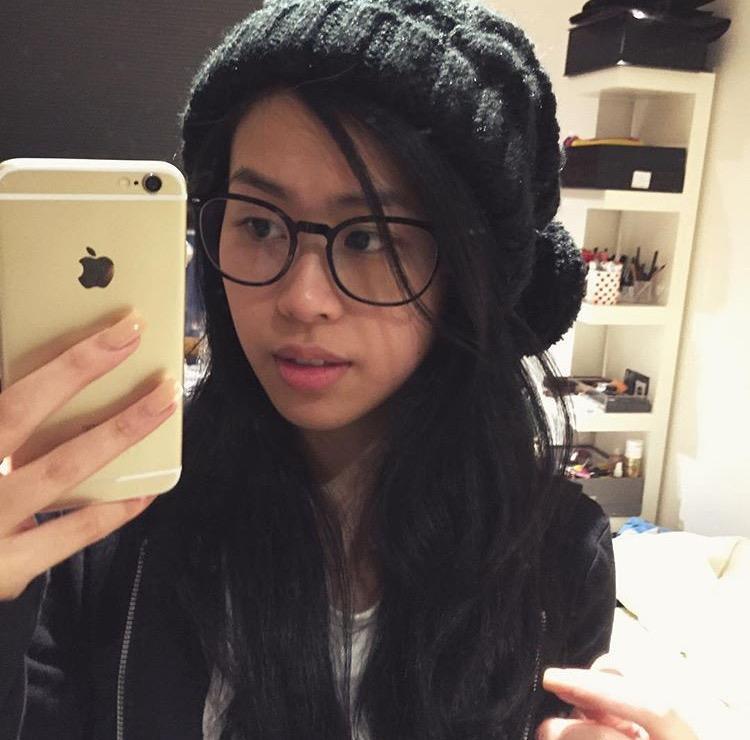 Cô nàng trông thật cute với chiếc mắt kính cùng mũ len.