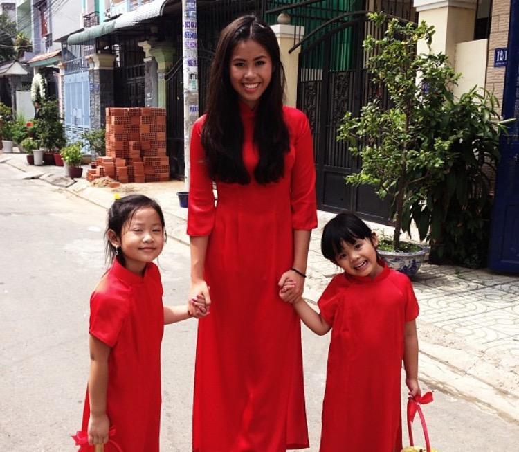 Vô cùng duyên dáng với tà áo dài đỏ.
