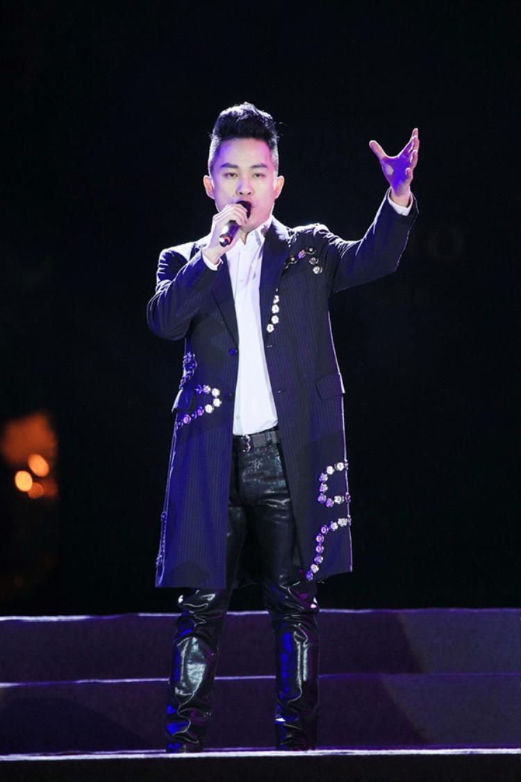 Tùng Dương cũng gây ấn tượng với những khán giả có mặt tại đêm nhạc Bài ca hòa bình bằng 3 ca khúc gắn liền với thủ đô là Người Hà Nội, Hướng về Hà Nội, Bài ca hi vọng…