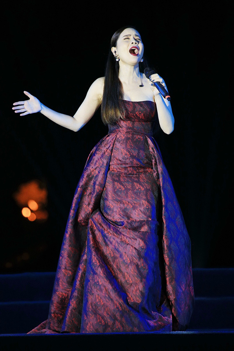 Đêm nhạc còn có sự tham dự của Lưu Hương Giang với Biển hát chiều nay, Trời Hà Nội xanh…