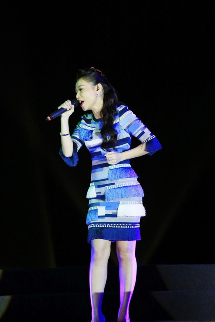 Giọng ca vang khỏe với kĩ thuật thanh nhạc điêu luyện của Thu Minh đã thổi một làn gió mới vào những ca khúc trứ danh, đi cùng năm tháng và làm hài lòng hàng nghìn khán giả tại khu vực Tượng đài Lý Thái Tổ - Hà Nội.
