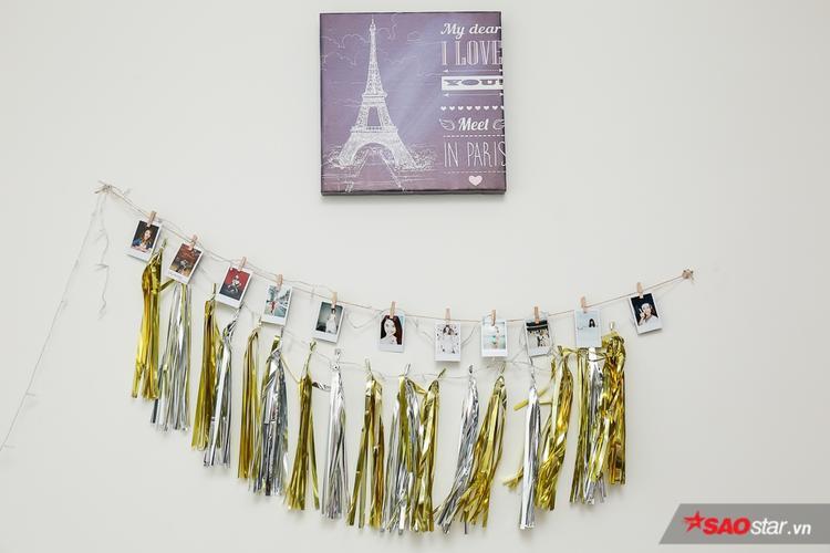 Việt My treo những bức ảnh của mình trên tường để trang trí.