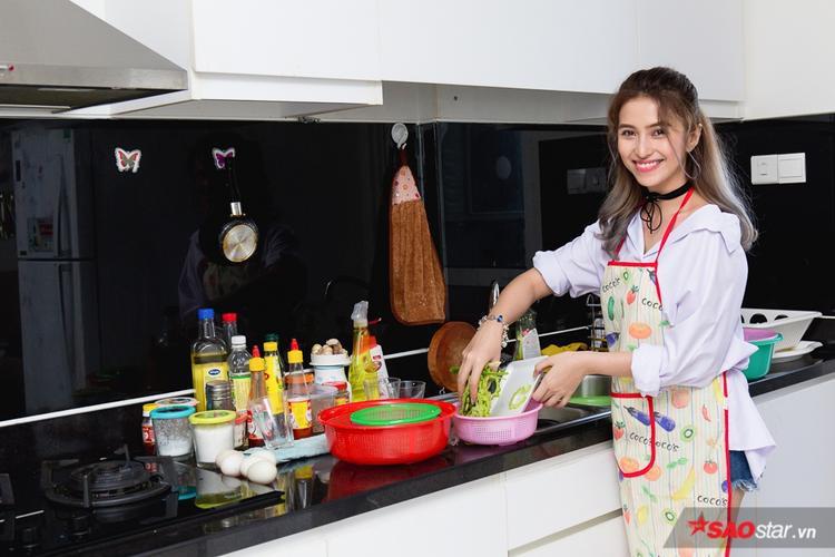 Kể từ khi chuyển về nhà mới, Việt My đã tự học nấu ăn. Đến thời điểm hiện tại, nữ ca sĩ tự tin có thể thực hiện những món ăn cơ bản, không quá cầu kỳ.