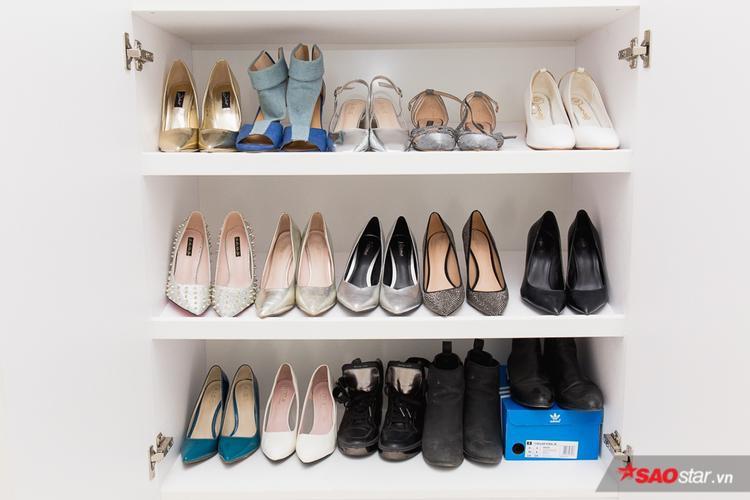 Tủ giày được sắp xếp ngăn nắp.