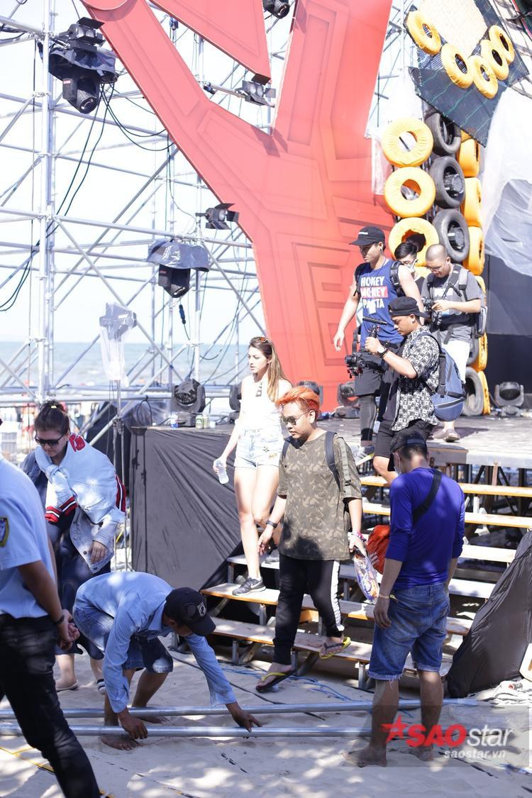 Celine đã có mặt trên sân khấu tổng duyệt.