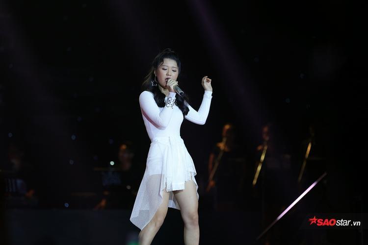 Han Sara tự tin và tỏa sáng trên sân khấu vòng Loại trực tiếp.