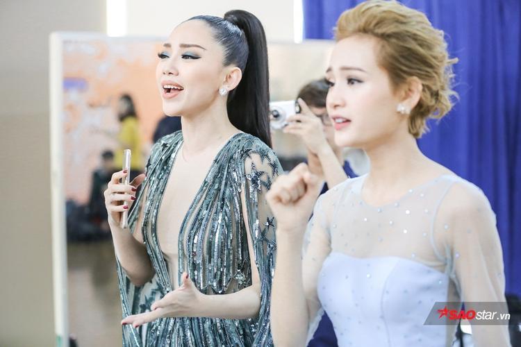 Tóc Tiên tập luyện thanh cho Hiền Hồ.