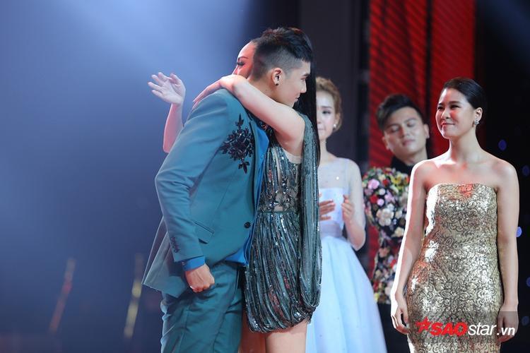 Với việc lựa chọn thí sinh thiên về giọng hát, Đào Tín là thí sinh tiếp theo phải dừng cuộc chơi tại The Voice 2017.