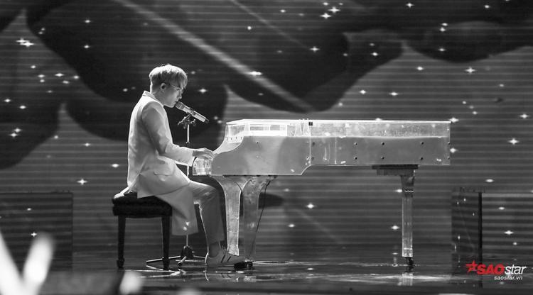 Một Anh Tú lãng tử, nhẹ nhàng và đầy cảm xúc khi thể hiện ca khúc Ánh nắng của anh bên cạnh piano.